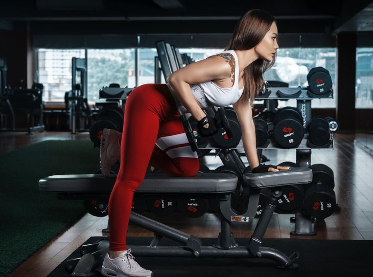 Personal trainer doing bent over rows as part of a total body HIIT workout.