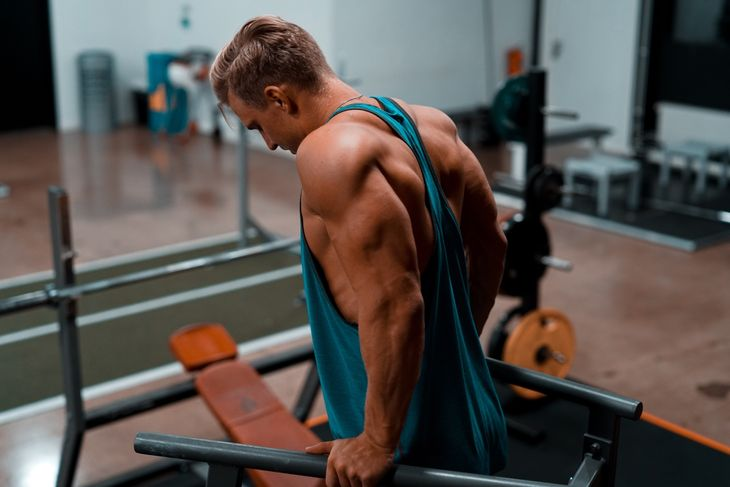 A man in a gym completing calisthenics exercises for beginners